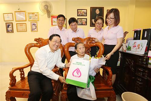Tổng giám đốc Ngân hàng Chính sách xã hội Việt Nam thăm và tặng quà cho các mẹ Việt Nam anh hùng