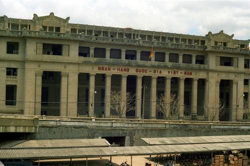 Xây dựng và hoàn thiện khuôn khổ pháp luật Ngân hàng Việt Nam