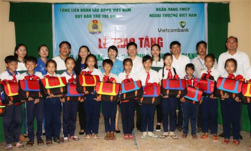 Vietcombank trao  cặp phao cứu sinh và Học bổng cho trẻ em vùng sông nước tỉnh Tiền Giang và Cần Thơ