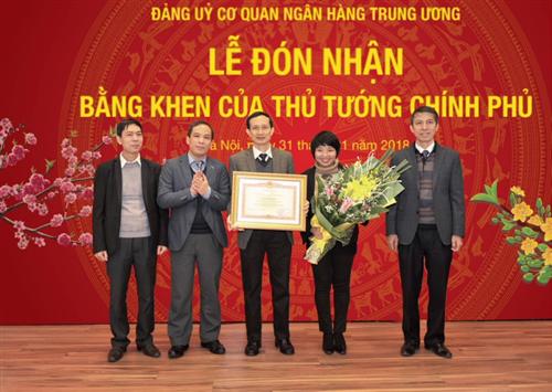 Tập thể cán bộ, công chức Đảng ủy Cơ quan NHTW đón nhận Bằng khen của Thủ tướng Chính phủ