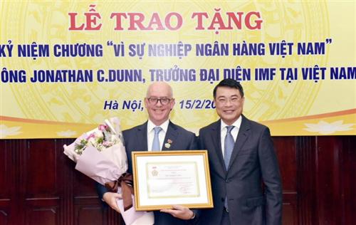 Thống đốc NHNN trao tặng Kỷ niệm chương Vì sự nghiệp ngành Ngân hàng cho Trưởng đại diện IMF tại Việt Nam