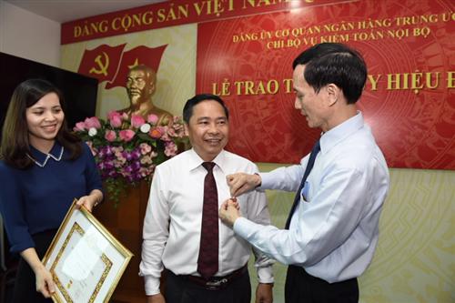 Trao tặng Huy hiệu 30 năm tuổi Đảng cho Đ/c Lê Quốc Nghị