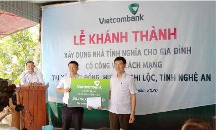 Vietcombank Vinh trao tặng nhà tình nghĩa cho gia đình có công tại huyện Nghi Lộc, tỉnh Nghệ An